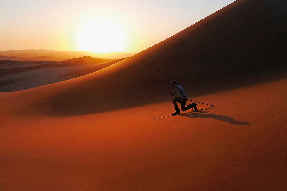 Красноватый песок вдюнах Намибии позволяет разогнаться налыжах до 92 км/ч