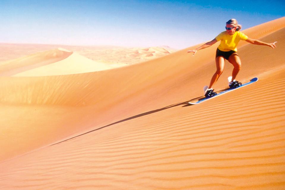 Сендбординг по барханам популярен в Аравийской пустыне
