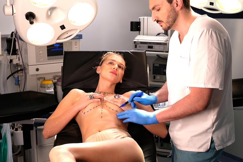 Хирург Георгий Чемянов за работой в Институте пластической хирургии, косметологии и клеточных технологий Real Clinic