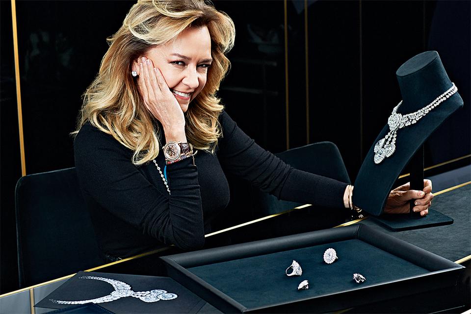 Каролина Шойфеле сгордостью демонстрирует часть гарнитура TheGarden of Kalahari: 23бесцветных бриллианта, полученных из алмаза в 342 карата, стали частью колье исерег-трансформеров, кольца иювелирных часов