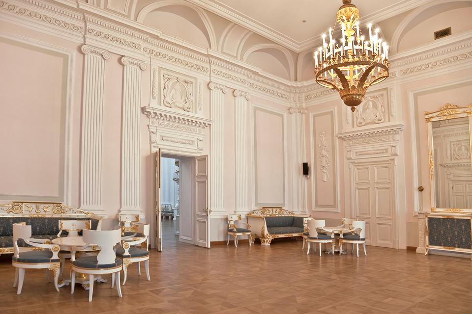 Внутри стен Петровского путевого дворца в свое располагался музей, учебное заведение и военная ставка