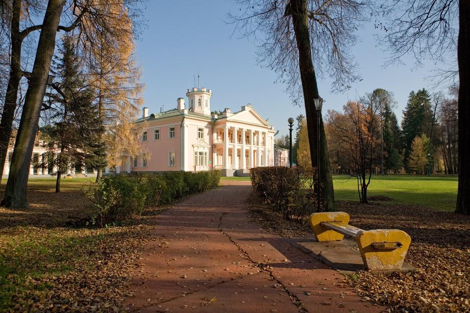 Помимо исторических корпусов, в Валуево можно отдохнуть и в современных коттеджах