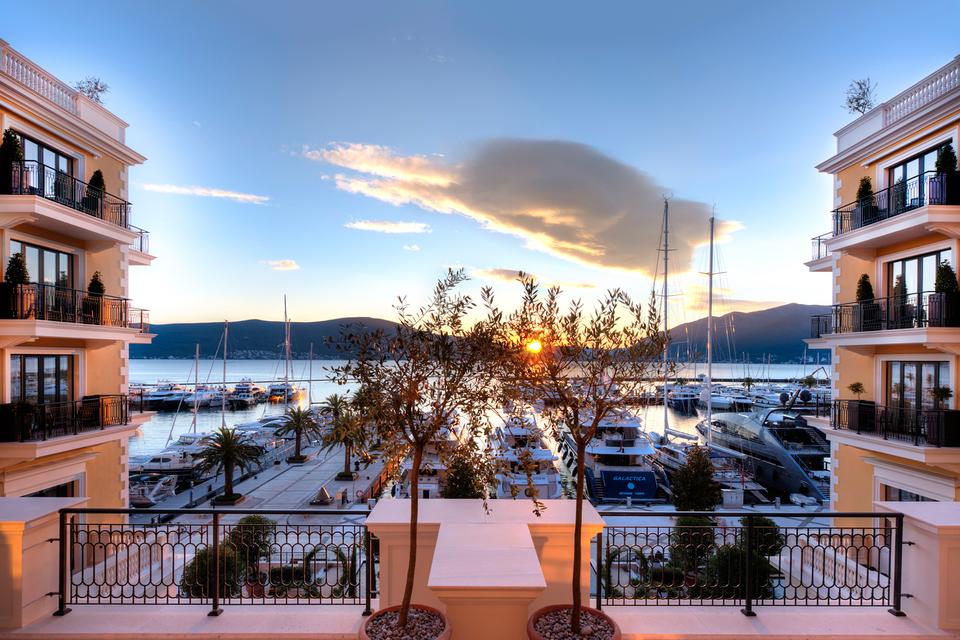 Вид на марину из отеля Regent Porto Montenegro