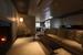 Гостиная комната с диванами и камином