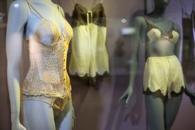 Более 150 предметов мужского и женского гардероба показывают эволюцию самых близких к телу предметов одежды