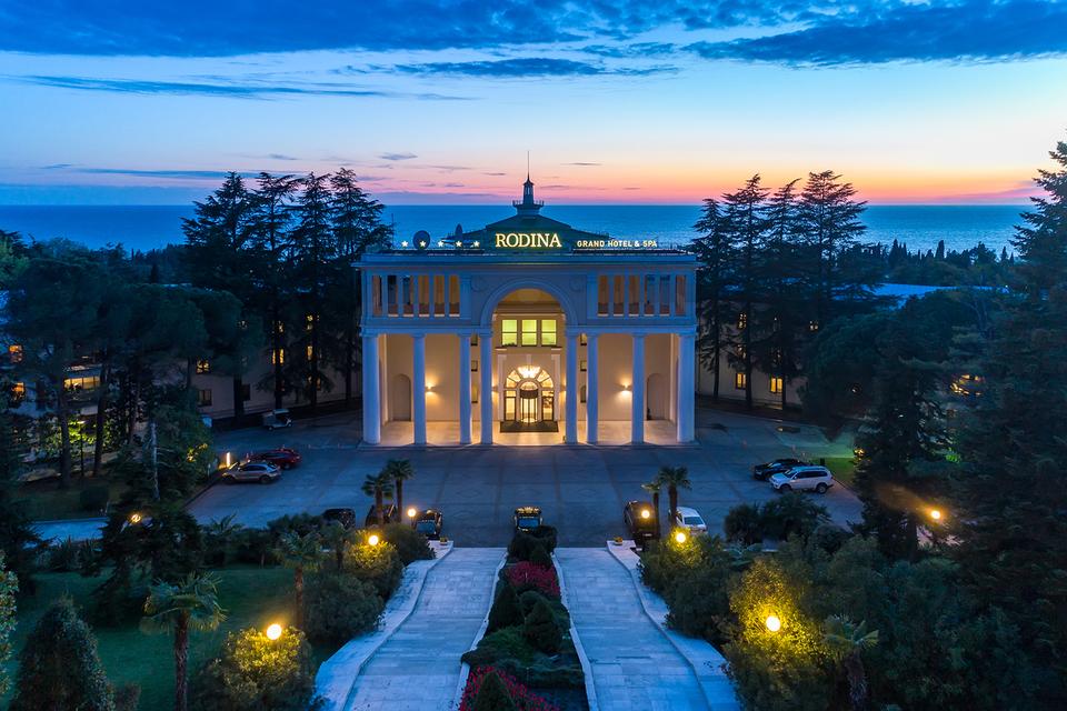 Лето - лучшее время для того, чтобы насладиться внутренним туризмом. На фото Rodina Grand Hotel&Spa в Сочи