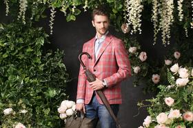 Сорочка и пиджак Atelier Portofino, джинсы Tramarossa, зонт-трость Pasotti, лоферы Barrett, сумка Boss, часы Breguet