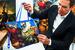 На внутренней стороне сумок помещен портрет автора полотна, его краткая биография, автограф Кунса и знаменитый Balloon Rabbit