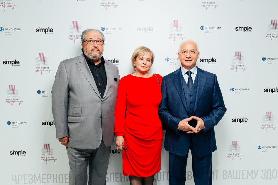 Председатель совета директоров O1 Group и меценат Борис Минц с супругой Мариной и Владимир Спиваков на открытии выставки