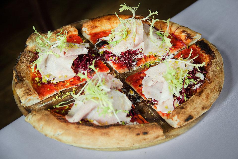 Пицца Мортаделла c прошутто, фисташками,  салатом радиччио
