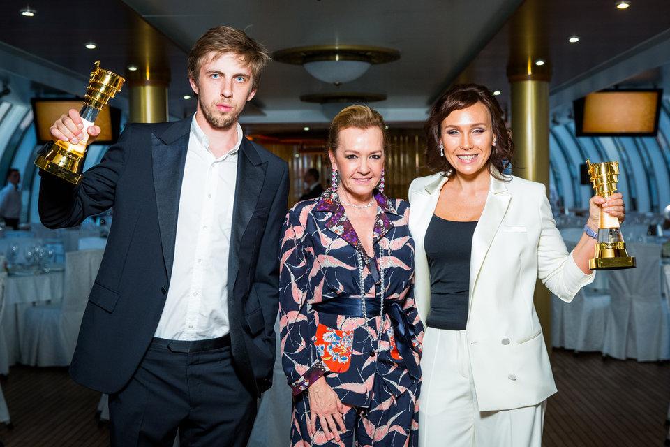 Победители премии Chopard Talent Award 2016 года актеры Дарья Екамасова и  Александр Паль с сопрезидентом ювелирно-часового бренда Каролиной Шойфеле