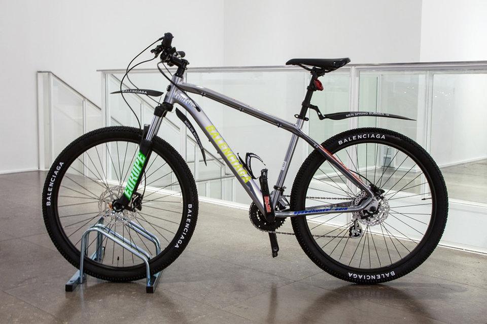Горный велосипед участвовал в показе Balenciaga весна-лето – 2018 во время мужской Недели моды в Париже
