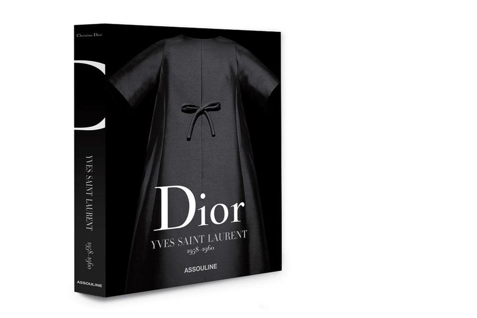 Автор книги Dior by Yves Saint Laurent, известный биограф Ива Сен-Лорана Лоранс Бенаим, анализирует каждую коллекцию кутюрье