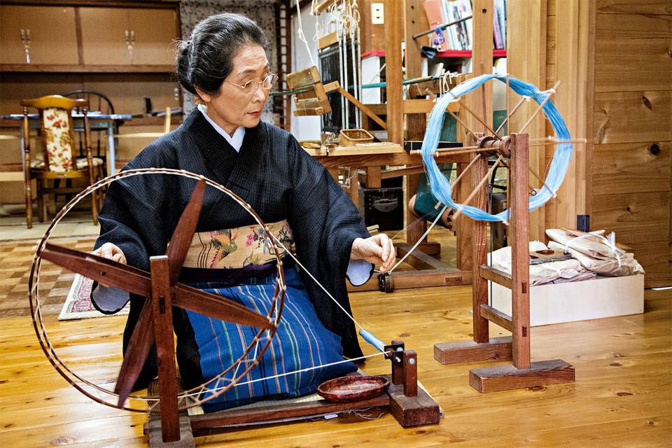 Вот уже 50 лет художница Соноко Сасаки вручную создает ткани длякимоно. Изготовление пряжи – первый этап работы