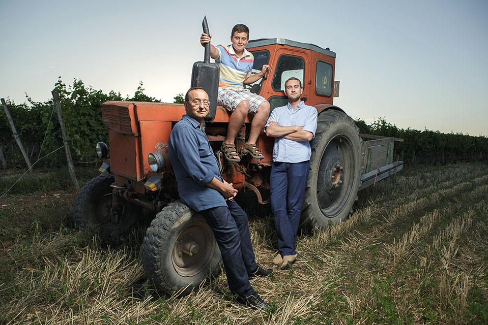 Семья Николаевых навозрожденных ими виноградниках