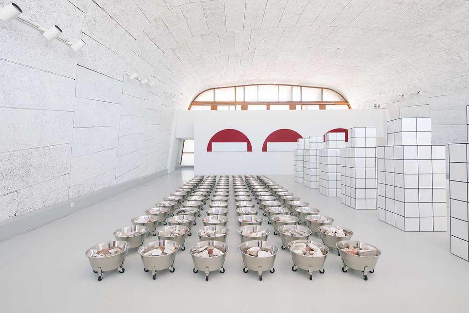 Инсталляция Жан-Пьера Рейно: 100 контейнеров с обломками дома