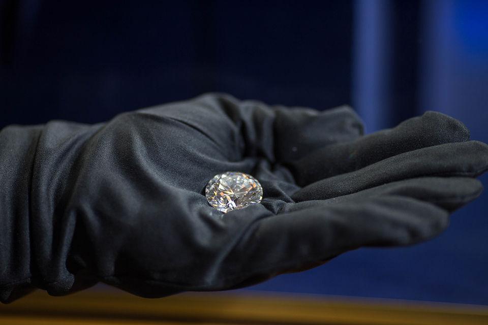 Главный бриллиант «Династии»  весом 51,38 карата огранки Triple Exсellent  –  самый чистый из крупных бриллиантов, ограненных за всю историю российского ювелирного искусства