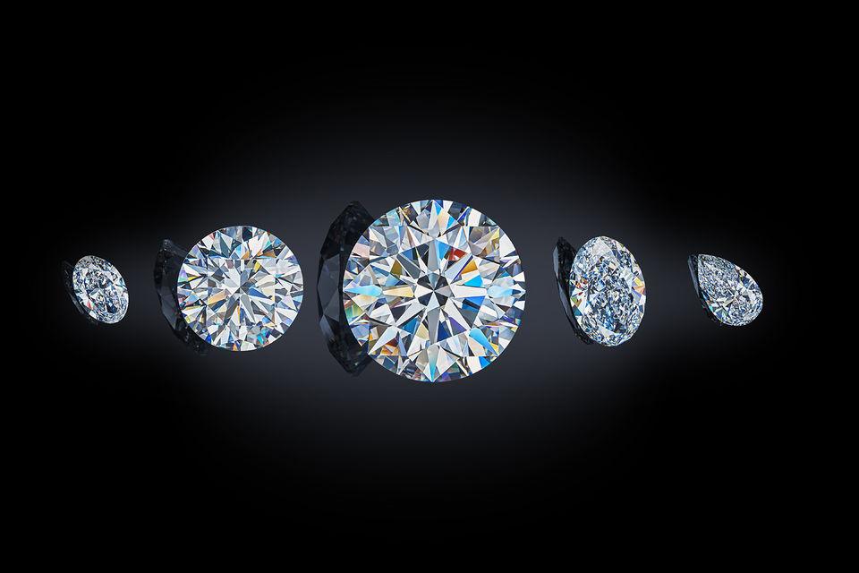 «Династия» состоит из пяти крупных бесцветных бриллиантов, полученных из одного алмаза весом 179 карат