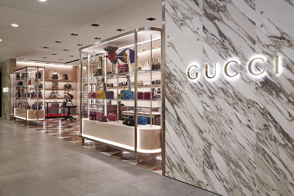 Корнер мужских и женских аксессуаров Gucci в ЦУМе