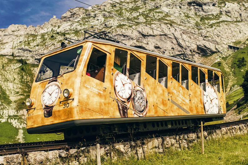 Поезд окрашен в фирменные желто-золотые цвета Carl F. Bucherer