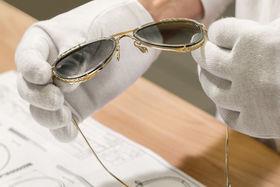 Изготовление очков до сих пор во многом – ручная работа