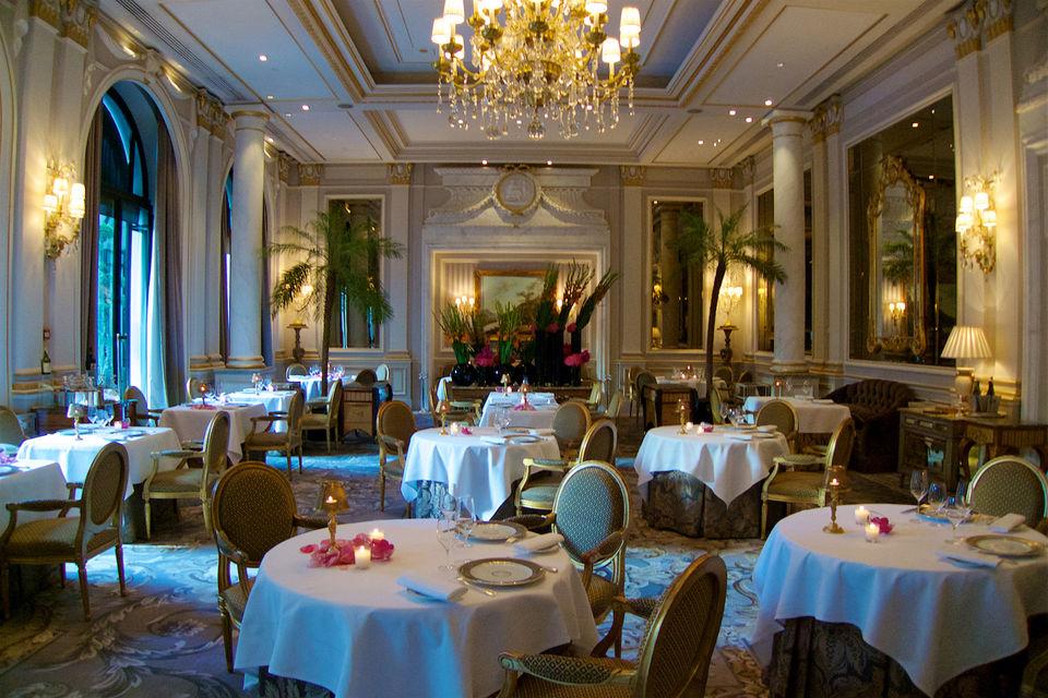 Ресторану Le Cinq всего 16 лет, но его богатые интерьеры больше напоминают Версальский дворец