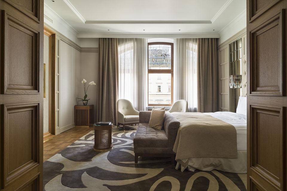 Гостиные и спальные зоны номеров оформлены в цветовой гамме, характерной для русского модерна