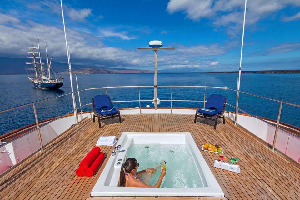 Национальный парк Галапагосских островов – одно из тех направлений, куда можно попасть только по воде. Аренда 48-метровой яхты обойдется – от $125 тыс. в неделю
