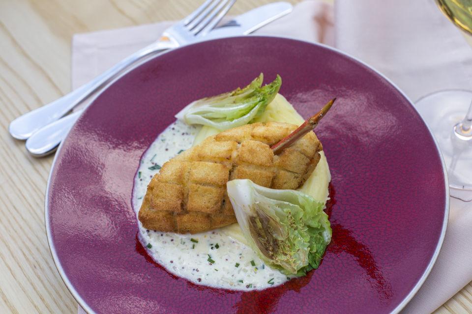 Сергей Березуцкий: «Если блюдо в меню – значит, оно нравится нам обоим. На фото пожарская крабовая котлета с картофельным пюре и соусом из семян молодой горчицы