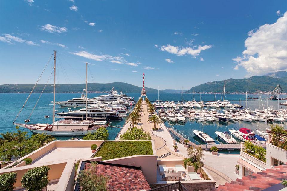 В марине Porto Montenegro – расположены порт на 460 яхт, комплекс резиденций, магазины и рестораны, а также пятизвездочный отель
