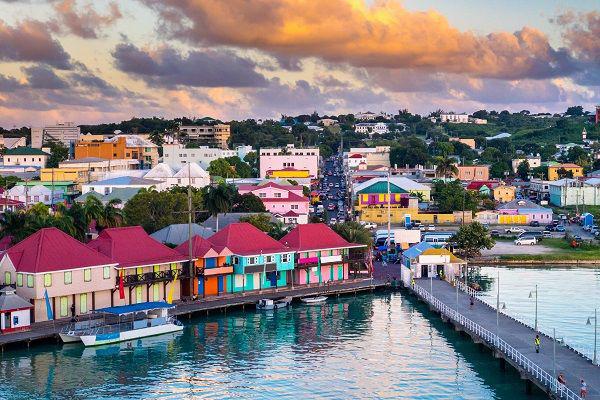Не острове Антигуа около 400 пляжей и живописные виды