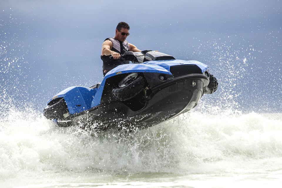Этот мотоцикл-амфибия позволяет развить скорость по воде до 60 км/ч