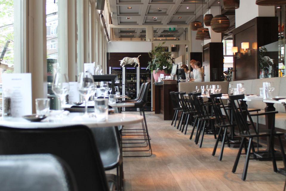 Интерьеры гастробара RON выглядят весьма буднично и традиционно для небольших заведений Амстердама. А меню больше напоминает небольшую городскую газету