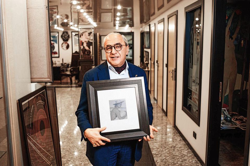 Александр Добровинский держит в руках редкую фотографию Орловой