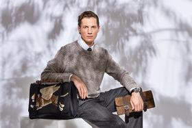 Сорочка, брюки и ботинки– все Pal Zileri, джемпер и галстук Dirk Bikkembergs, портфель Gucci, несессер Corneliani, часы Montblanc