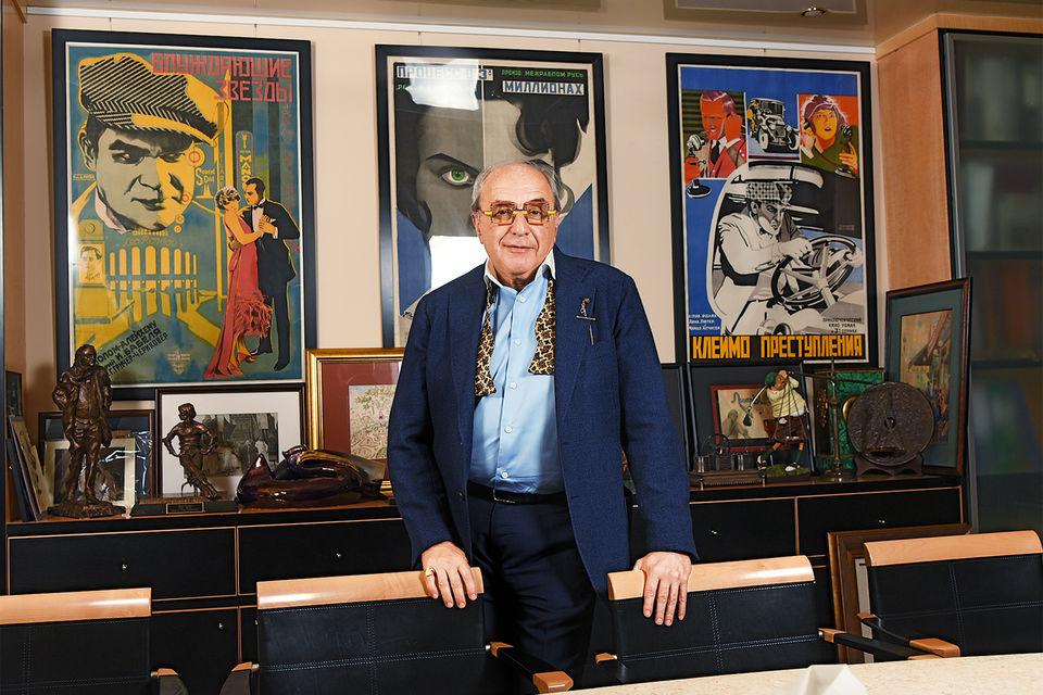 А. Добровинский на фоне своей коллекции киноафиш