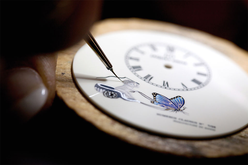 Роспись циферблата осуществляется кистью из шелка толщиной0,5 мм