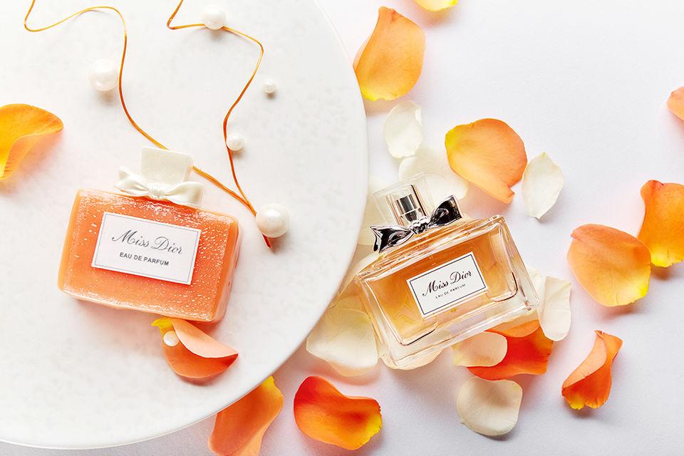 Авторский десерт посвящен аромату Miss Dior и выполнен в форме флакона
