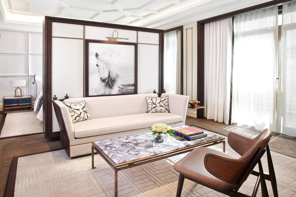 Номерной фонд отеля включает 23 люкса с приватными террасами и видами на парк и реку Ишим