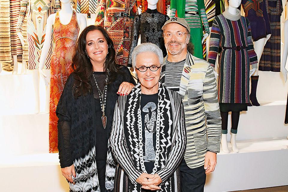 Основательница семейного бренда Missoni Розита Миссони (вцентре) и ее дети – Анджела, креативный директор марки, иЛука, технический директор– навыставке Missoni Art Colour  в Лондоне