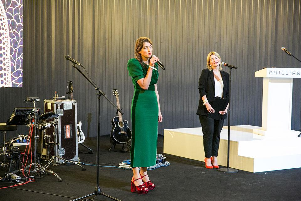 Светлана Марич, заместитель главы аукционного дома Phillips, и ведущая Татьяна Арно на аукционе Off white