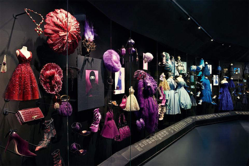 Подобранные по элементарному колористическому принципу предметы одежды и аксессуары в зале Colorama демонстрируют все многообразие вселенной Dior