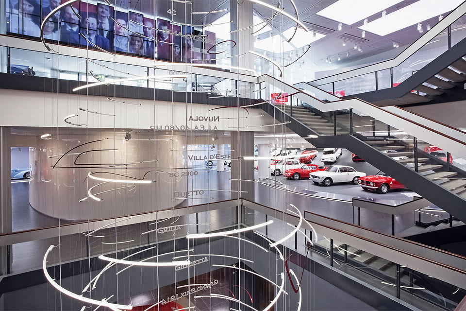 На трех этажах музея помимо 69 моделей Alfa Romeo разместились образовательный центр, магазин, кафе и архив марки