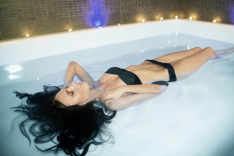 Во Float Studio классический аппарат заменили на ванну площадью примерно три на три метра