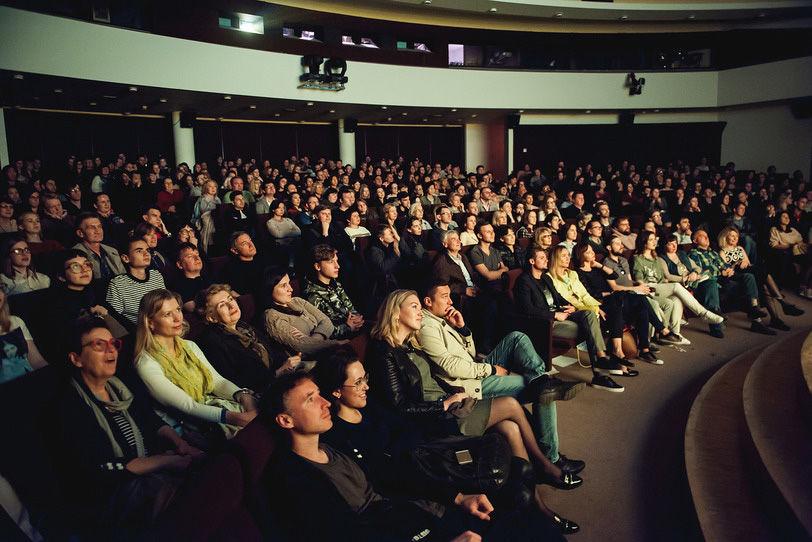 Организаторы планируют демонстрировать по 2-3 фильма в месяц. Каждый  показ будет сопровождаться Public Talks с продюсерами, актерами, режиссерами