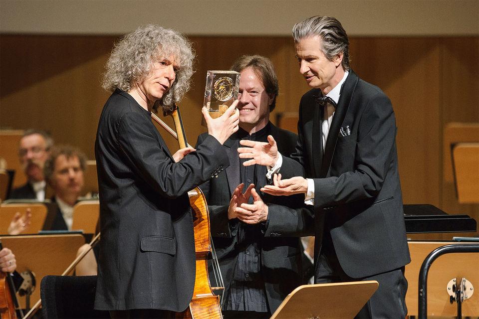 Президент часового бренда GlashUtte Original Томас Майер и художественный директор Дрезденского музыкального фестиваля Ян Фоглер вручают приз GlashUtte Original MusicFestivalAward выдающемуся виолончелисту Стивену Иссерлису