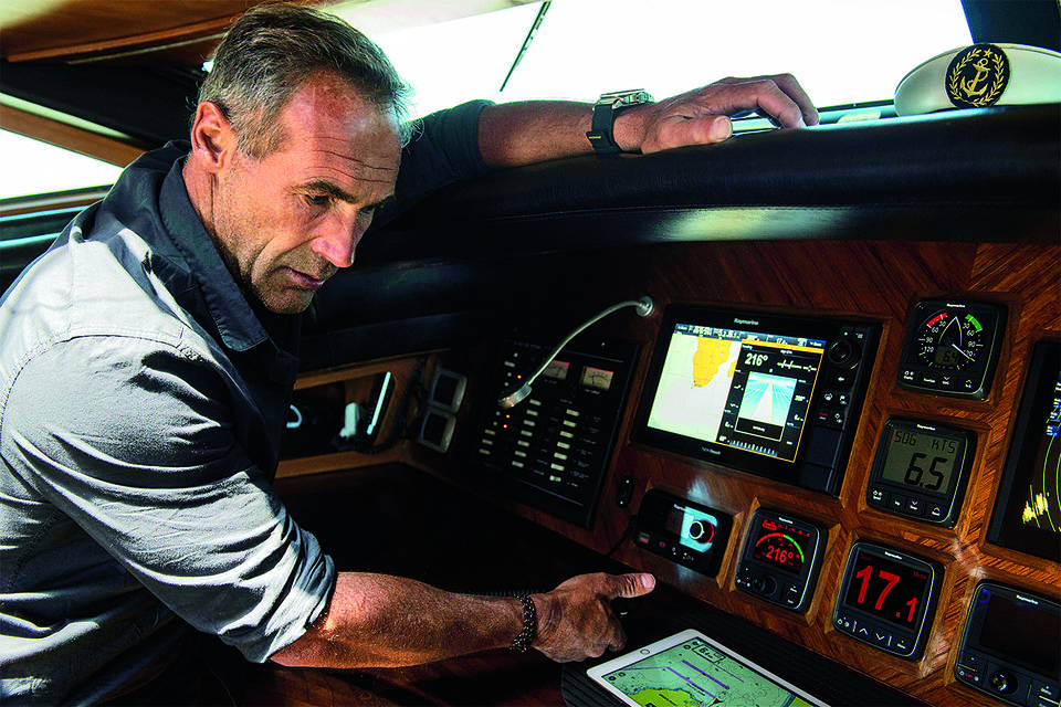 Майк Хорн сверяет морской маршрут путешествия по приборам на яхте Pangaea