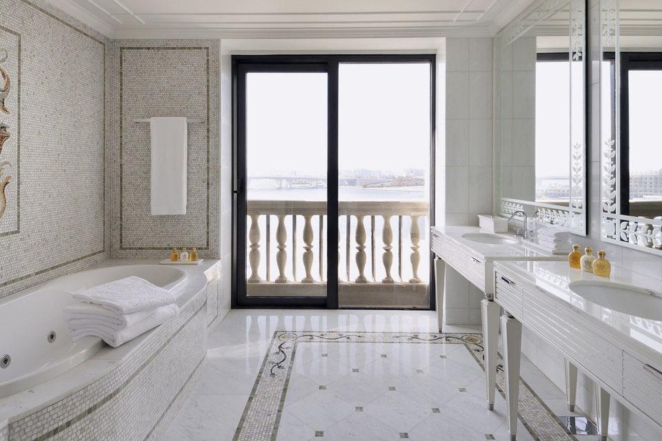 Ванная комната в номере с панорамным окном