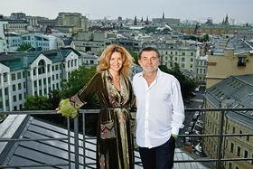 Наталья Семенова, дизайнер женской одежды Gourji, в бархатном вечернем халате с ручной вышивкой и боа, с мужем Дмитрием Гуржием, основателем бренда