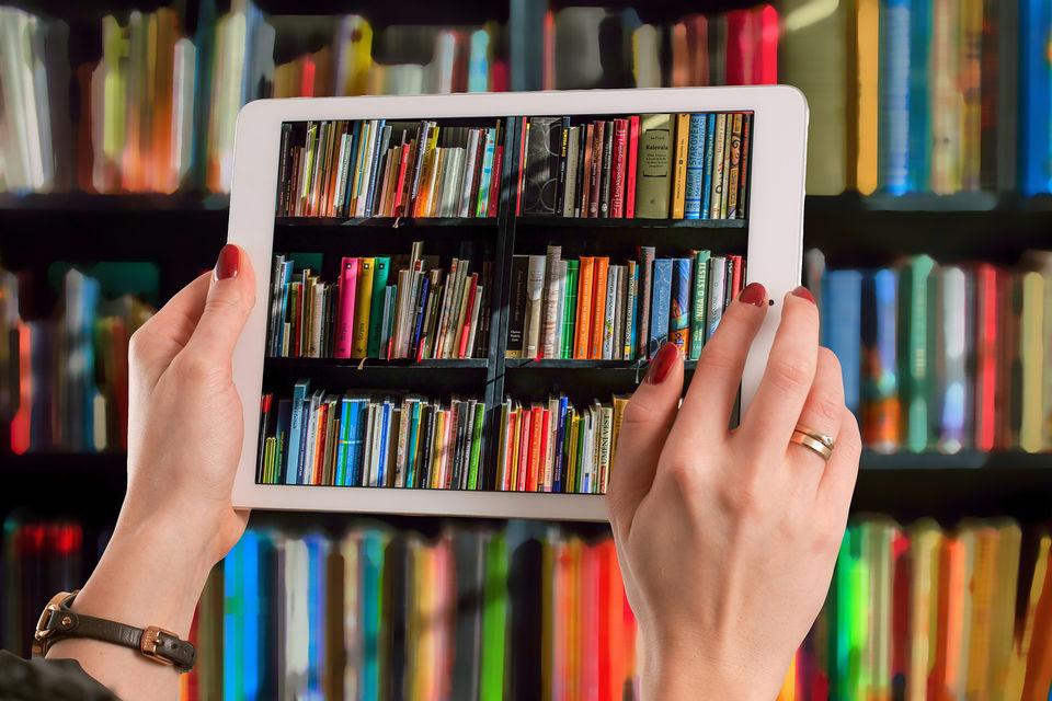 Зайти в онлайн-библиотеку можно через смартфон или компьютер, к тому же в большинстве случаев читатель не ограничен по времени чтения той или иной книги в отличие от традиционных библиотек